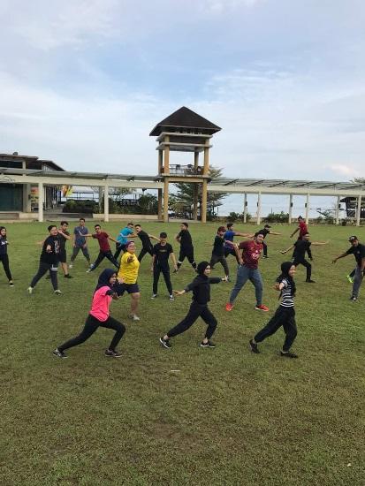 Para peserta program giat melakukan aktiviti senamrobik di pagi hari kedua.