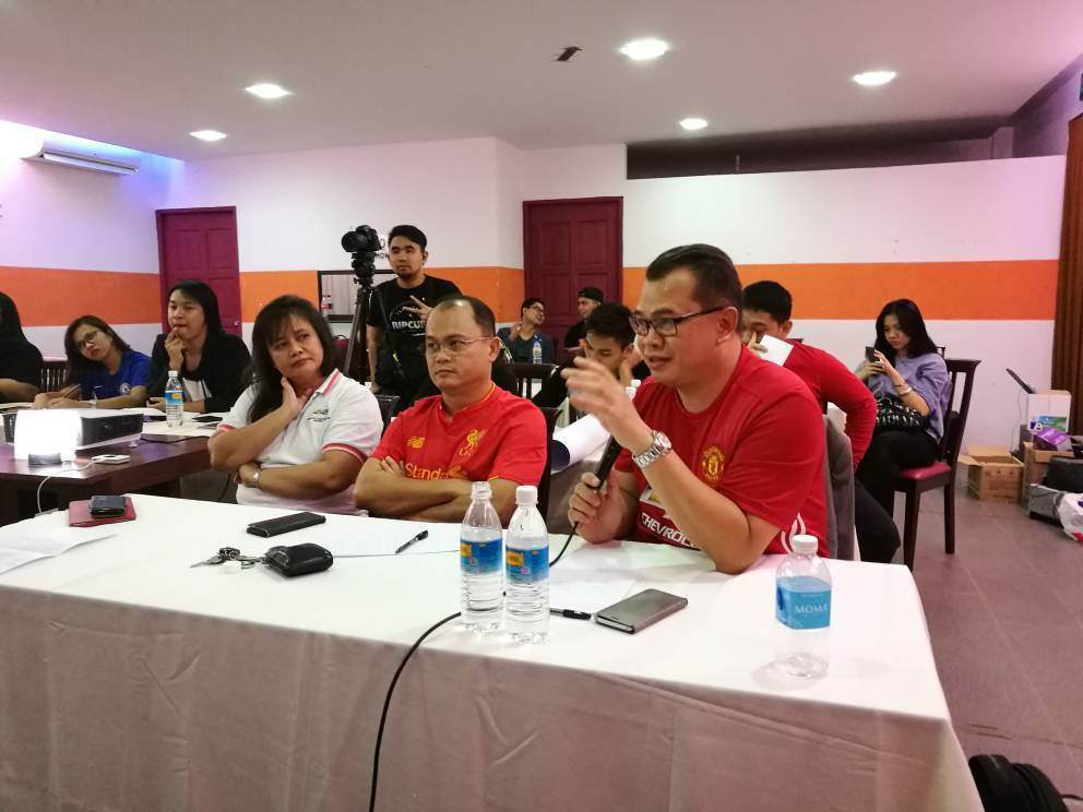 Pembentangan peserta juga dinilai oleh dari kiri, Encik Ariff Encik Ariff Irwani Encik Ariff Irwani, Setiausaha Kehormat AZAM Sarawak, Encik Telemachus Lo, Ahli AZAM Sarawak dan Cik Rosalind Yang Misieng, Timbalan Ketua Pegawai Eksekutif AZAM Sarawak.