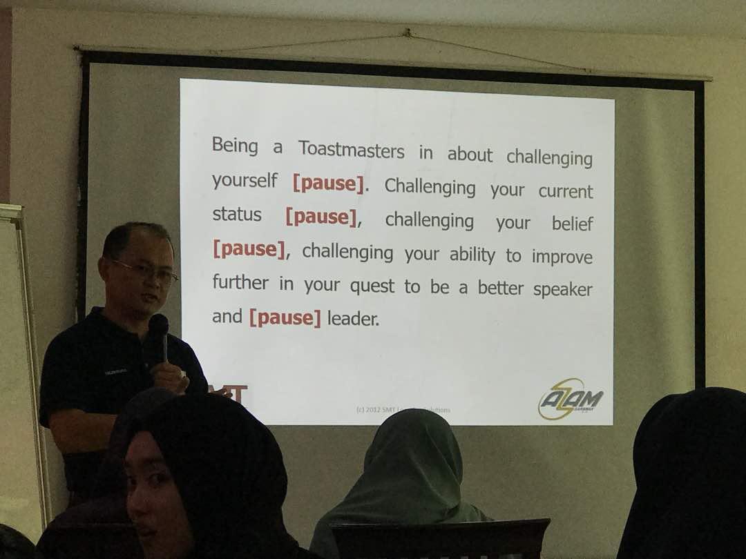 Sesi pembentangan yang bertajuk Kemahiran mewakili organisasi dalam memberikan impak yang positif atau Skills-Presenting For Impact & For Positive Representation of the Organisation yang dikendalikan oleh Encik Telemachus Lo, Ahli AZAM Sarawak.