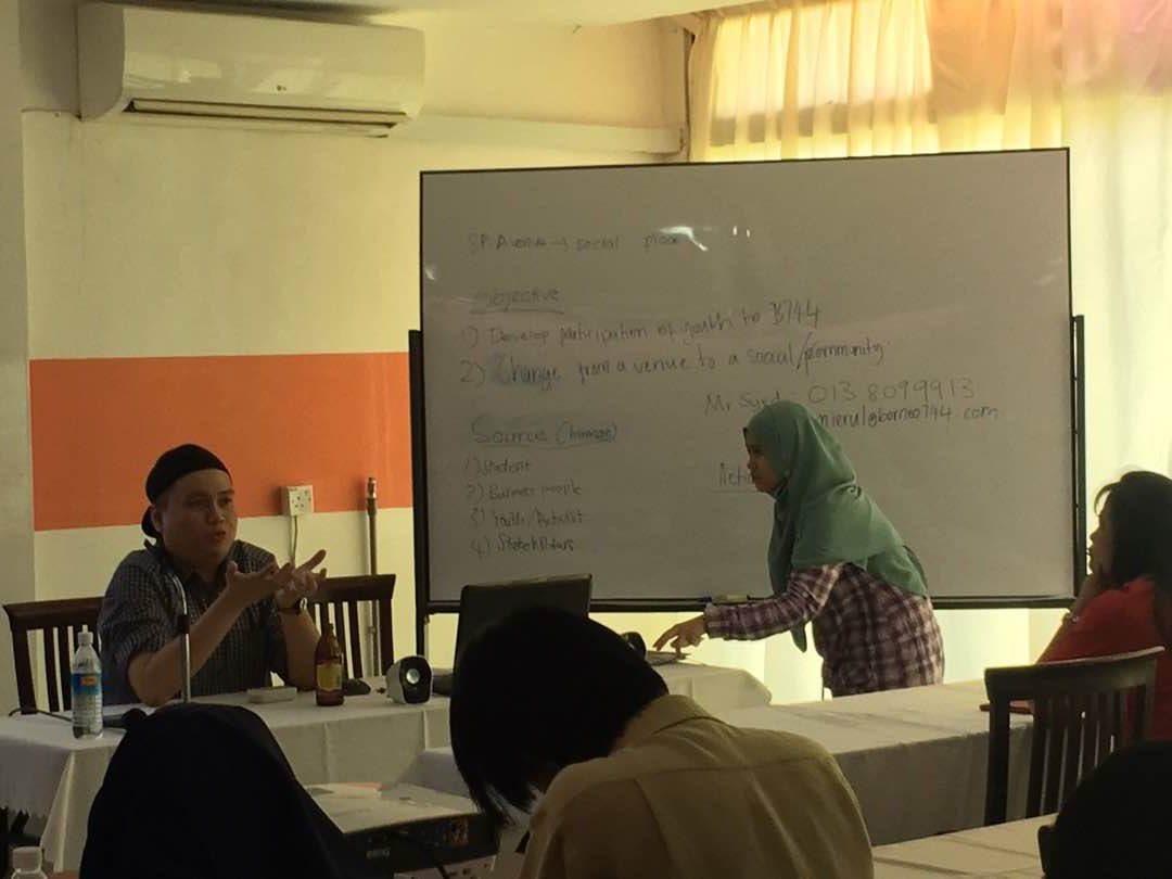 Sesi penerangan berkenaan dengan pengenalan B744 kepada peserta program oleh Encik Syed Amierul, Pengurus Besar B744.