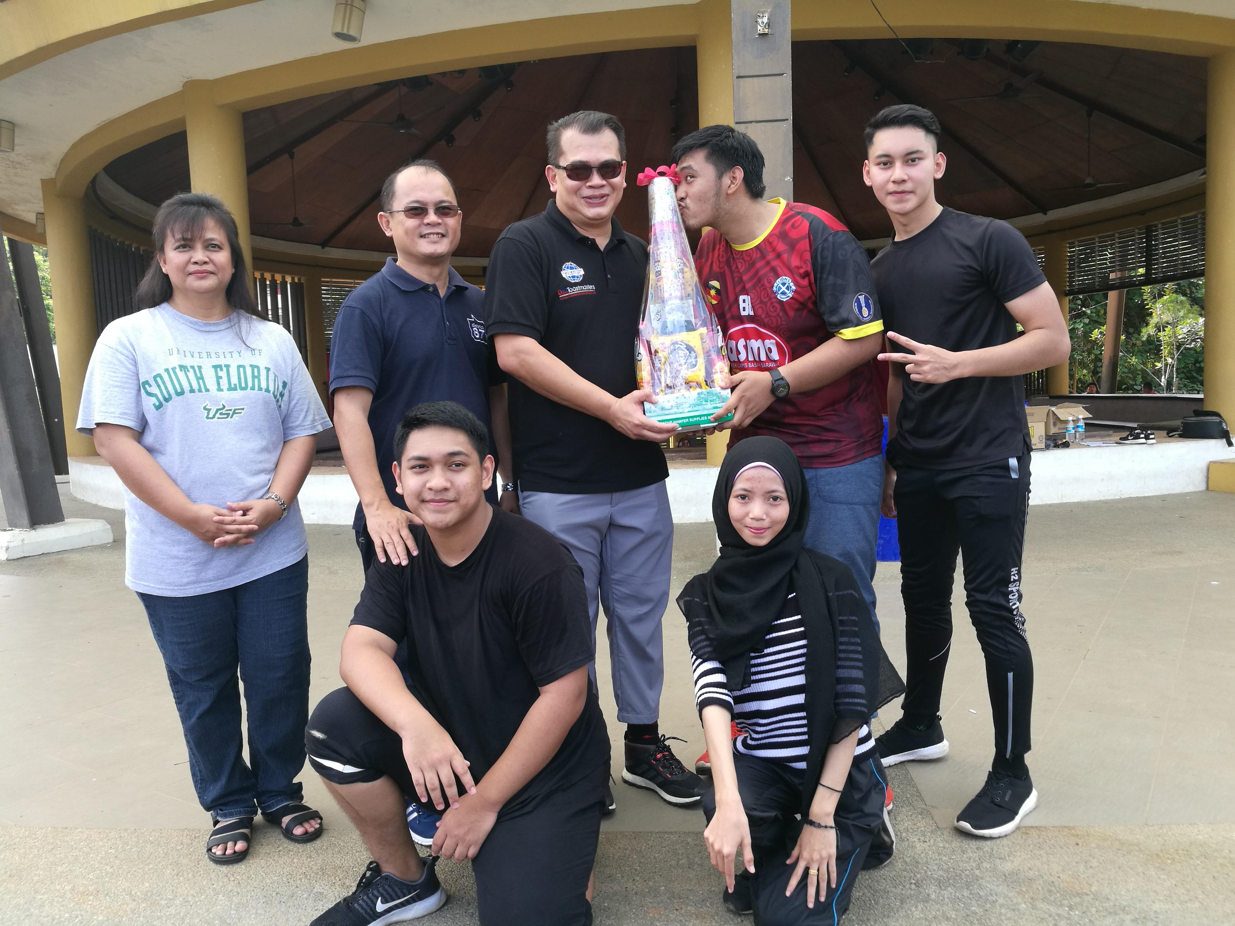 Encik Ariff Irwani Encik Ariff Irwani, Setiausaha Kehormat AZAM Sarawak menyampaikan hadiah kepada kumpulan yang menang bersama Encik Telemachus Lo, Ahli AZAM Sarawak dan Cik Rosalind Yang Misieng, Timbalan Ketua Pegawai Eksekutif AZAM Sarawak.