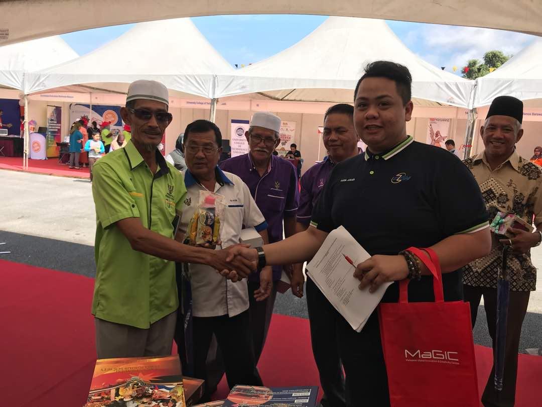Antara wakil Ketua Masyarakat Ketua Kaum (KMKK) Bahagian Betong yang memenangi hadiah Kuiz di Booth Pameran AZAM Sarawak.