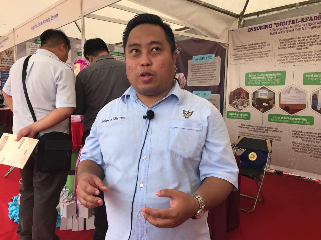 Temubual krew AZAM Online TV bersama Encik Ezekiel Lawat Anak Winston Dana Pegawai Pentadbir Sarawak (SAO), Pejabat Residen Bahagian Betong di hadapan booth pameran AZAM Sarawak.