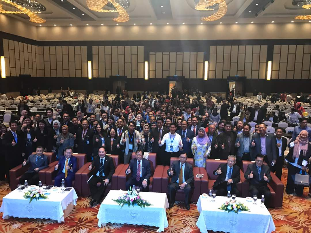 Gambar kenangan selepas tamat Forum eCommerce 2017 Sarawak bersama Abang Johari dan jemaah Menteri yang lain dan peserta yang hadir.