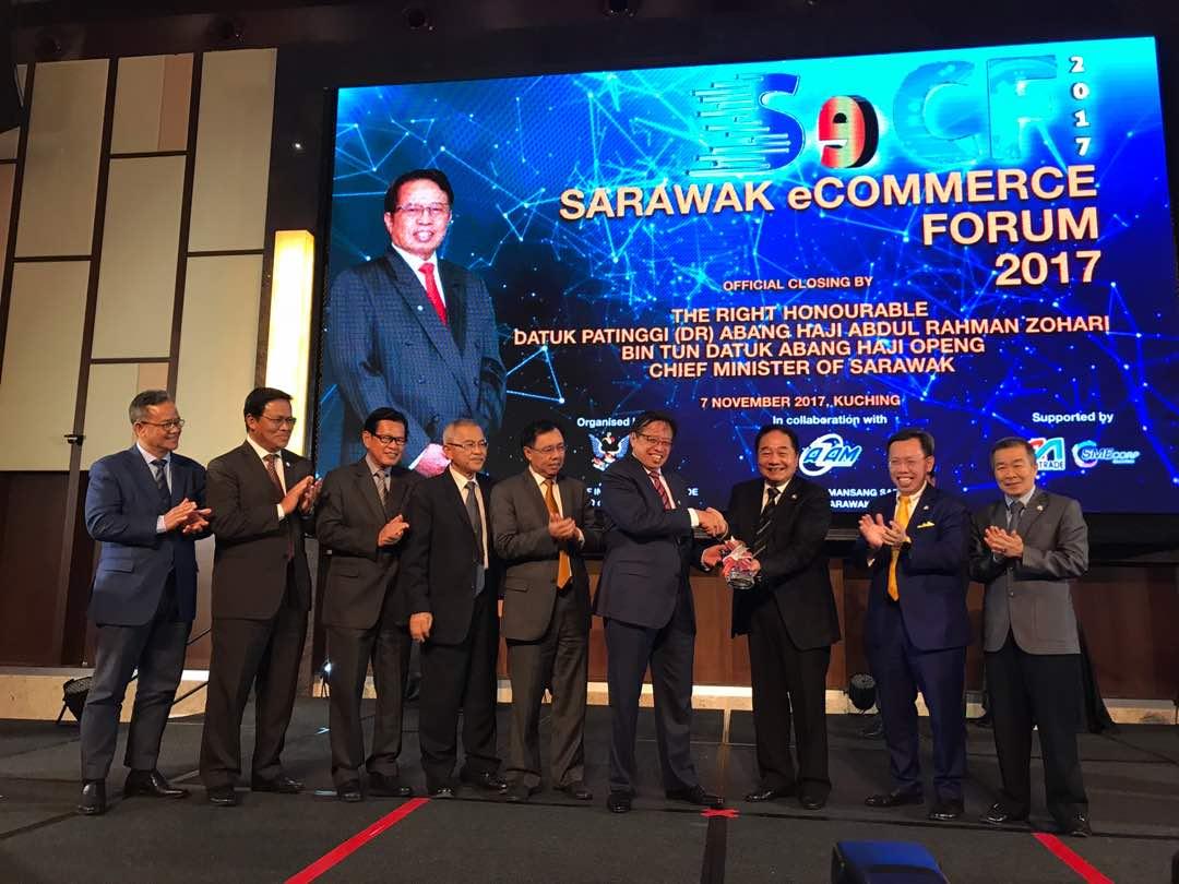 Abang Johari menerima cenderahati kenangan daripada Dato Sri Wong Soon Koh, Menteri Perdagangan Antarabangsa dan E- Perdagangan disaksikan oleh Jemaah menteri dan menteri muda.