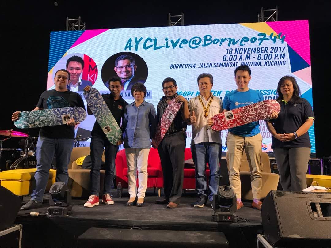 Mengambil gambar sebagai kenangan selepas akhirnya forum: (dari kiri) Amirin, Zaiwin, Sim, Ashweein, Chui, Beh dan Timbalan Pegawai Eksekutif Rosalind Yang Misieng.