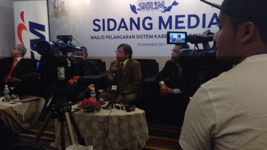 Chief Minister Datuk Patinggi (Dr) Abang Haji Abdul Rahman Zohari Tun Datuk Abang Haji Openg at the press conference on SKR1M.
