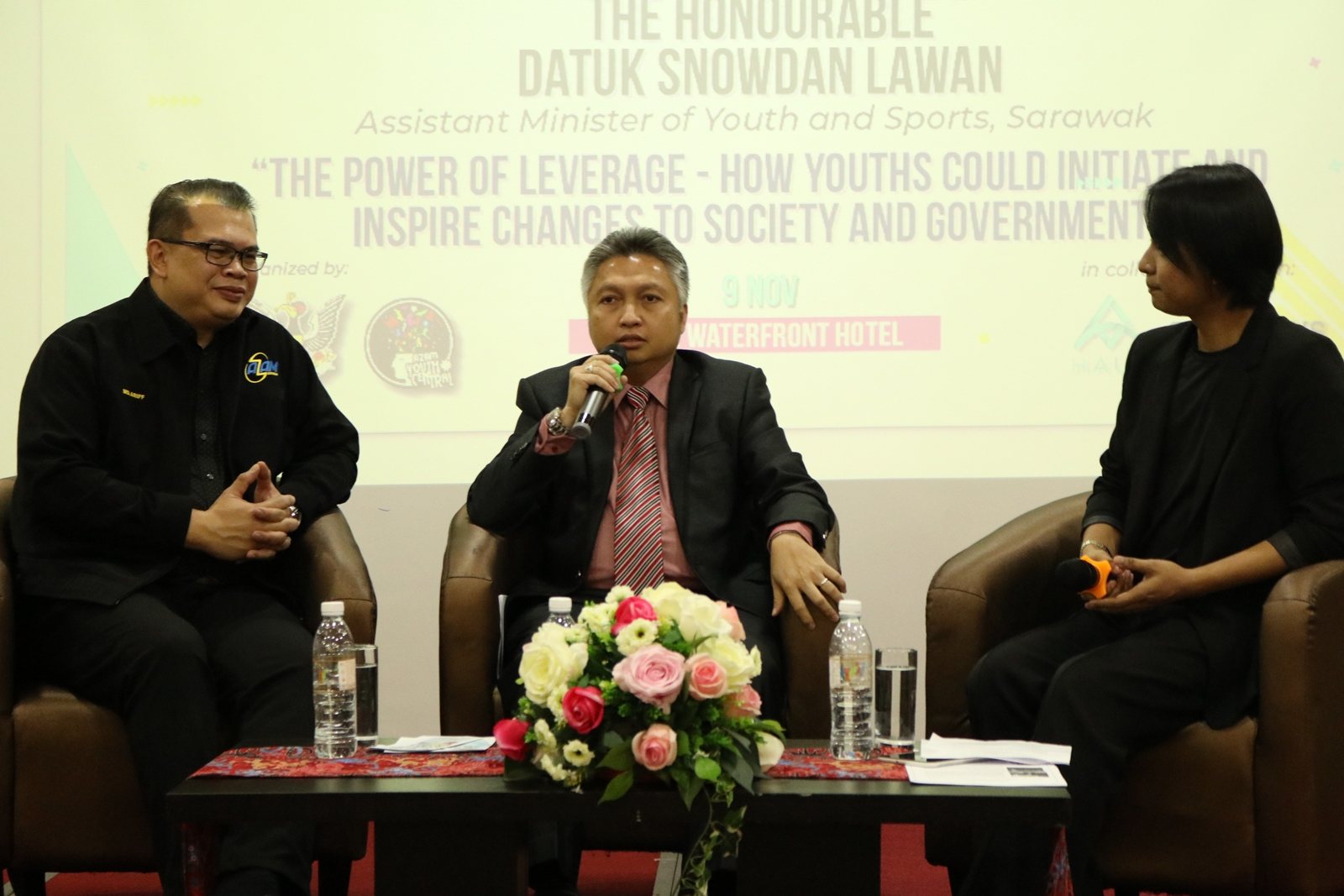Datuk Snowdan Lawan (centre) speaking during the interactive session on the opportunities and challenges for the youth in the digital economy as moderator Seph Haini (right) and AZAM Sarawak Honorary Secretary Mohamad Ariff Irwani Azahari look on.
