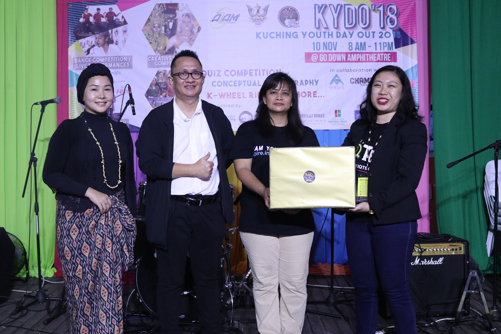 AZAM DCEO Rosalind Yang Misieng (second right) presenting the prize for best pitching to IQTeach as judges Roslan (second left) and Neng Kho Razali look on.