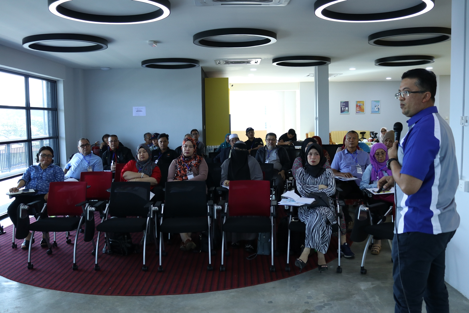 "Associate Professor Dr Johari Abdullah gave the participants an overview of IR 4.0 in his presentation called ""Memastikan masyarakat louar bandar Sarawak yang 'digital-ready'"