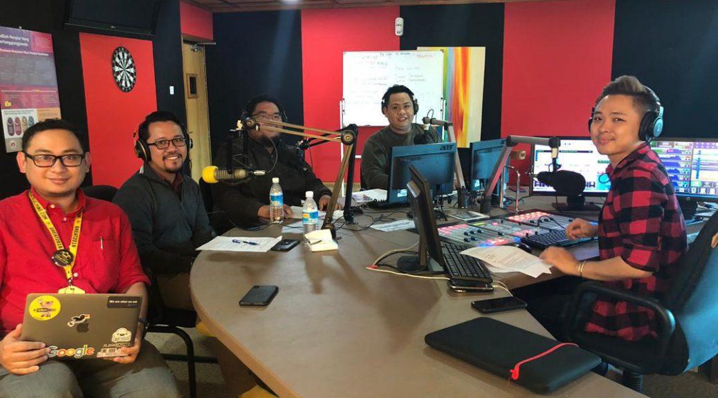 """Randau Digital Sarawak  edisi Bahasa Melayu (dari Kiri) wakil SMA Hazwan Razak, Khairool Adzelan, Amirrul Rizwan, pegawai AZAM Hakim Junaidi dan penyampai CATS FM DJ Rezz."