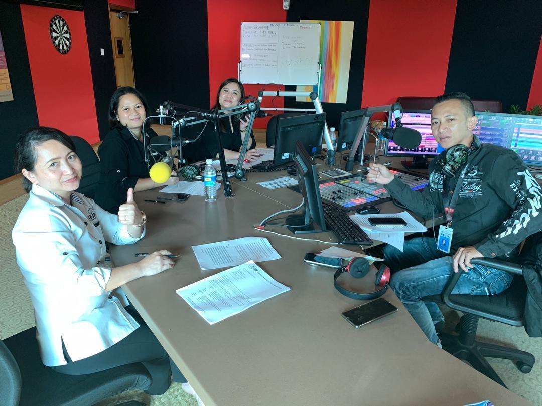 """""""Randau Digital Sarawak"""" edisi Bahasa Iban (dari kiri) wakil SMA Tida Bat, Contessa Muat, pegawai AZAM Yaana Singkie dan penyampai CATS FM DI Ijau."""