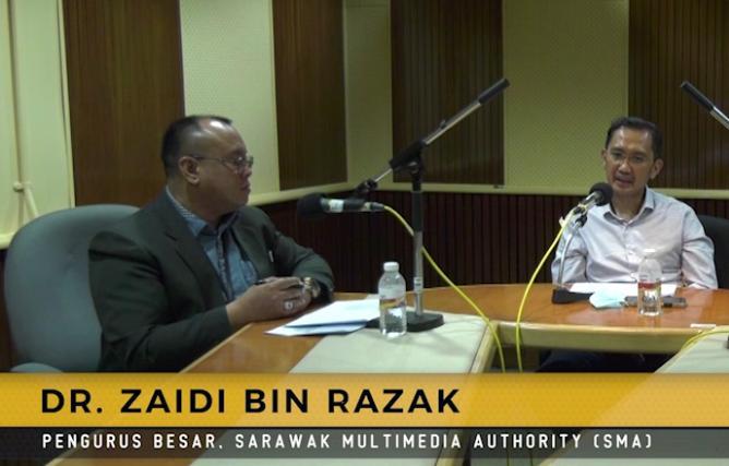 Pengurus Besar Sarawak Multimedia Authority (SMA) Dr. Zaidi Razak menjawab soalan yang diajukan oleh Juruhebah Sarawak FM yang bertugas Azman Johari.