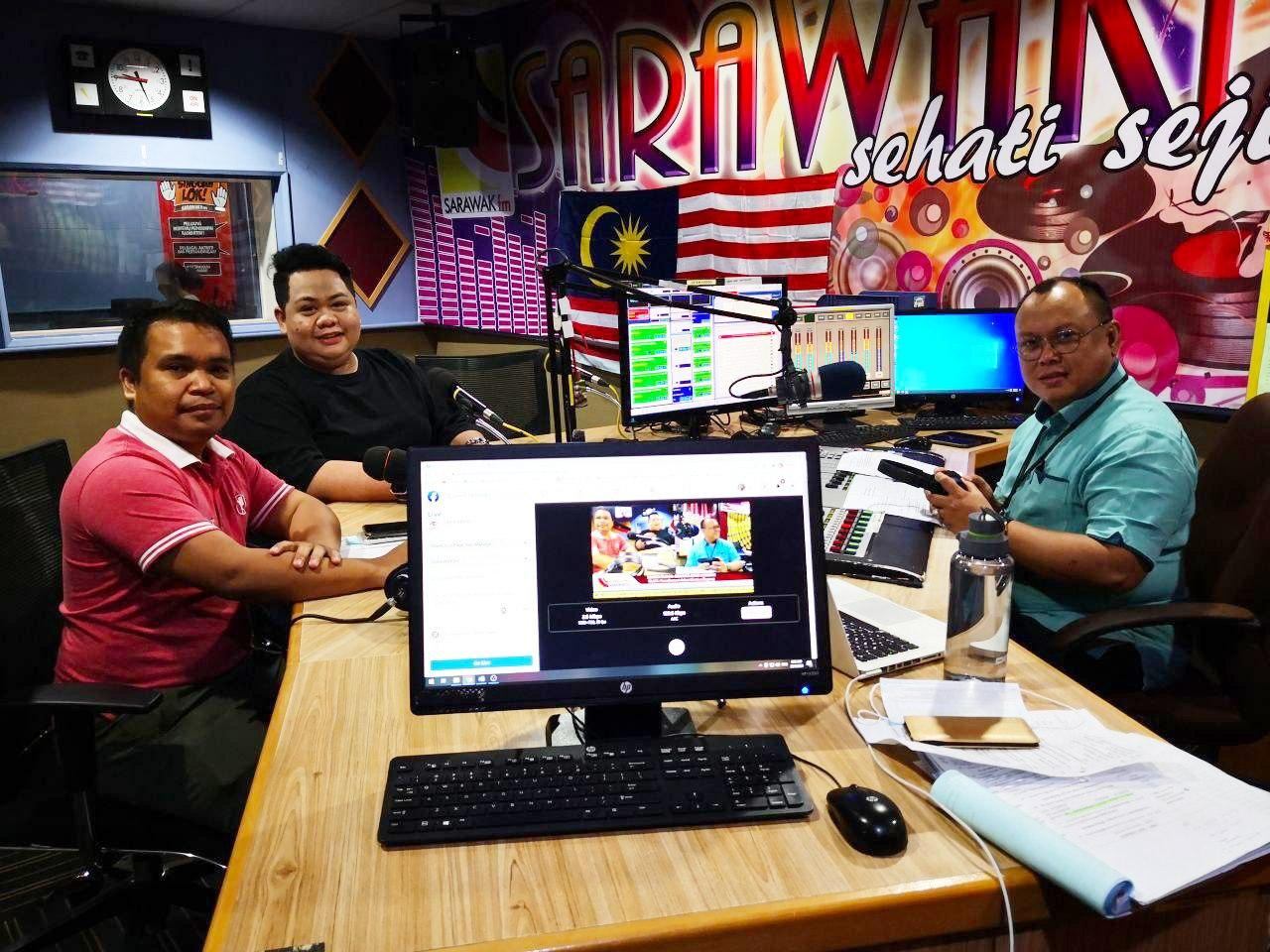 (FROM left) Heineken with AZAM Sarawak communication officer hassnal Hakim Junaidi and Sarawak FM announcer Azman Johari.