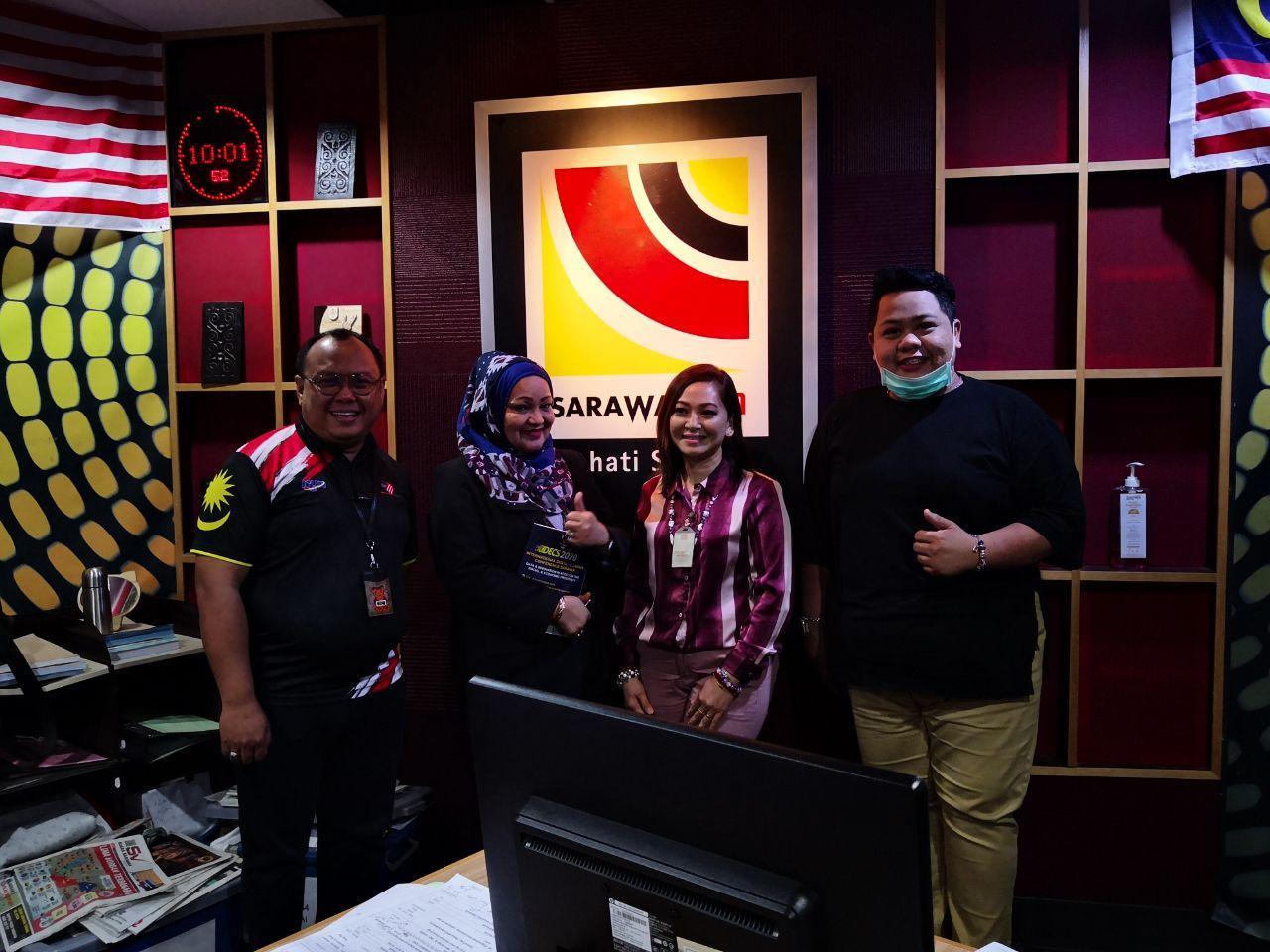 MANFAATKAN DIGITAL: (Dari kiri) Juruhebah Sarawak FM AZman Johari, Noriah, Caroline Peny dan Hassnal Hakim Junaidi.