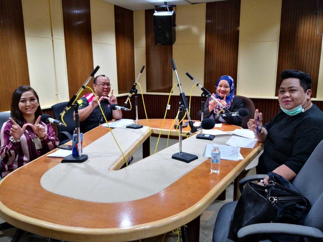 UNTUK KENANGAN...Caroline Peny, Azman Johati, Juruhebah Sarawak FM, Noriah Ahmad, pengarah JWKS, dan Hassnal Hakim Junaidi merakamkan gambar kenangan.